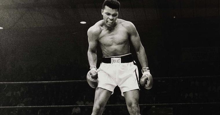 Un personaggio che ha fatto la storia della boxe, che può essere considerato il pugile più forte di tutti i tempi: Muhammad Alì.